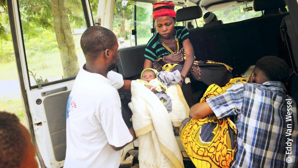Cet enfant a besoin de soins urgents dans un hôpital de Baraka soutenu par Médecins Sans Frontières. Il souffre d'une grave maladie de paludisme.